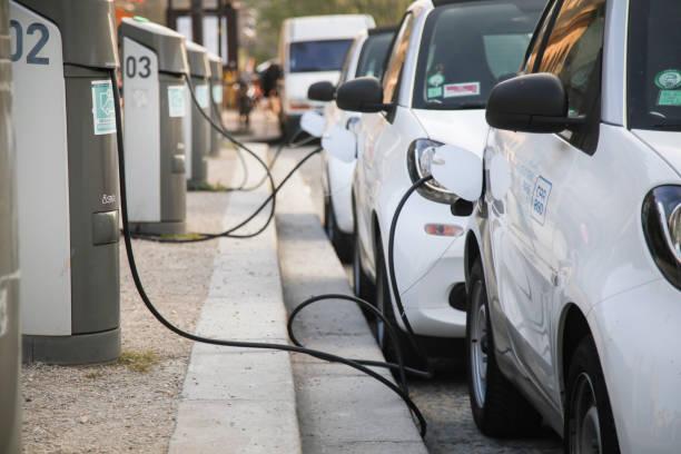 Elektroautos beladen an einem Kraftwerk – Foto
