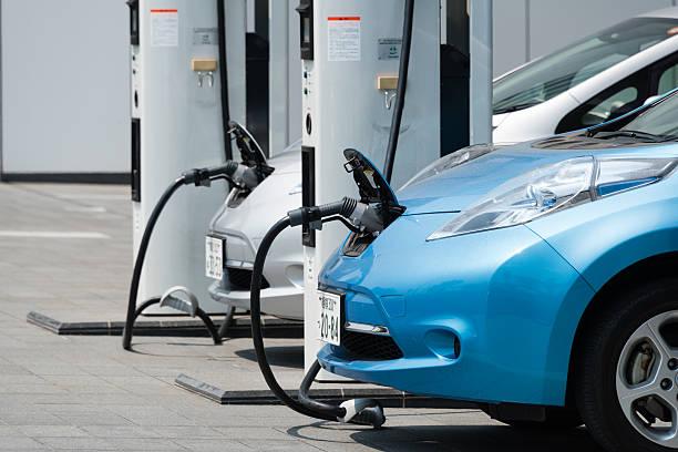 electric cars - aufladen stock-fotos und bilder