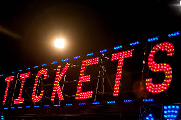 electric .COM sign on a scaffolding in the night - foto de acervo