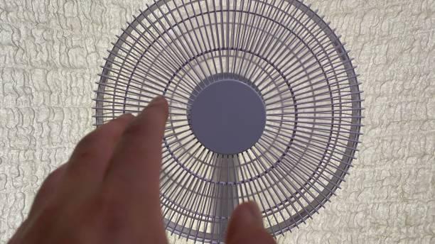 扇風機と手 - 夏の瞬間 ストックフォト