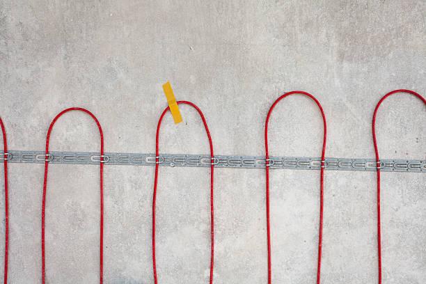 electric floor heating system installation. closeup of  red electrical wires - kabelkanal weiß stock-fotos und bilder