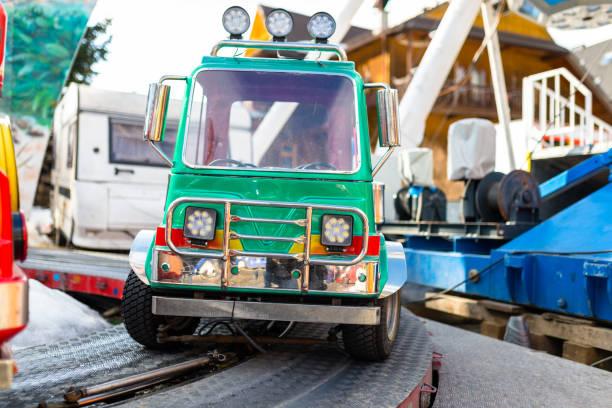 Elektrogrünes Auto für Kinder auf der Strecke in einem Jahrmarkt. – Foto