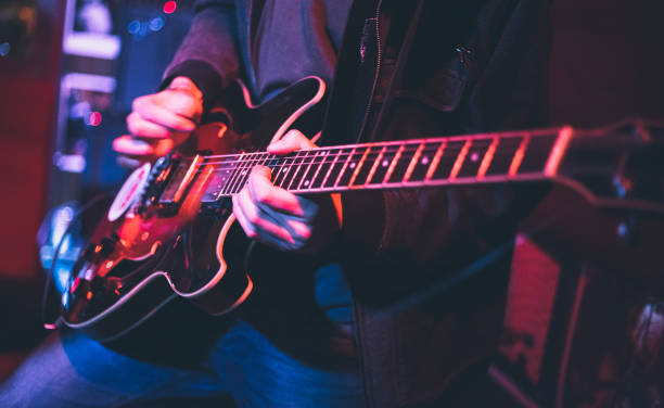 e-gitarrenspieler auf einer bühne - blues stock-fotos und bilder