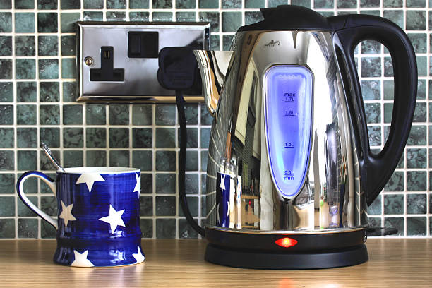 bouilloire électrique et café - prise électrique à trois fiches photos et images de collection