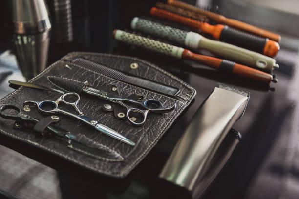 electric machine for haircut and combs - barbier coiffeur photos et images de collection
