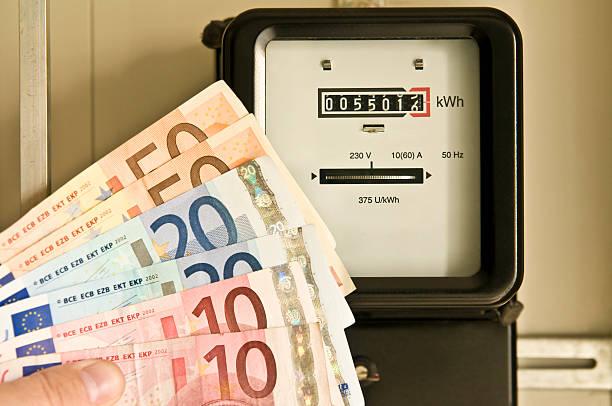 Amperemeter und euro-Banknoten – Foto