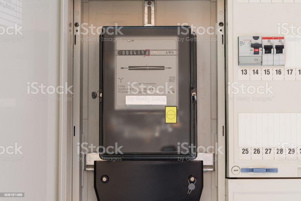Stromzähler in einem Sicherungskasten – Foto