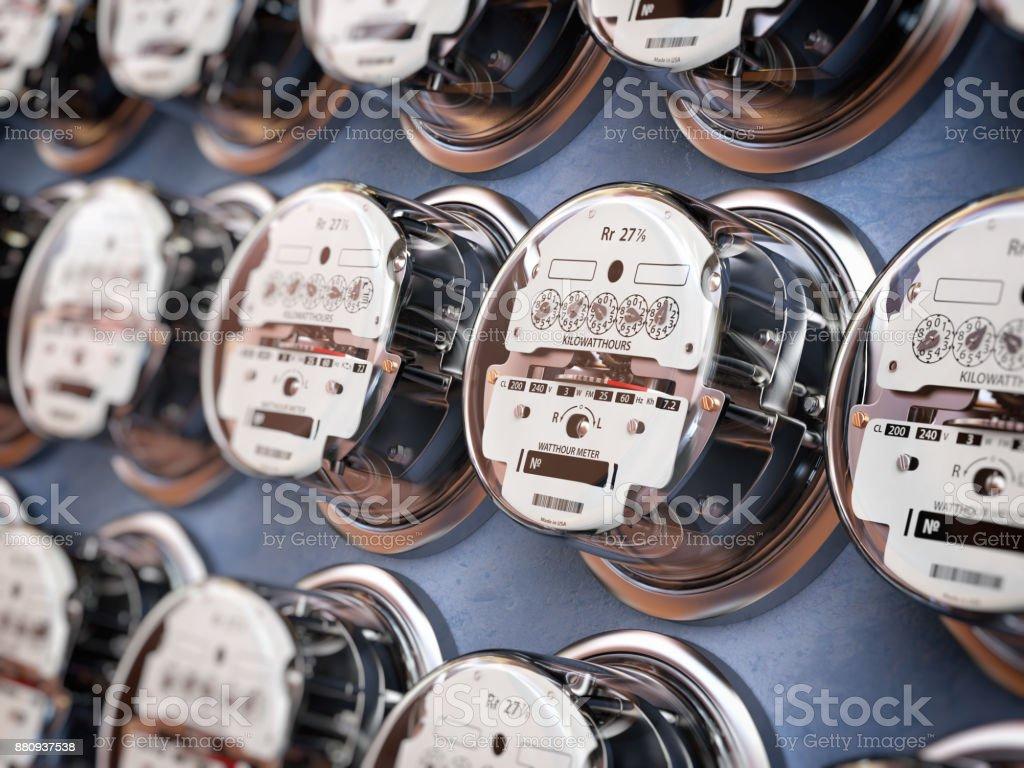 Usan de medidores eléctricos en una fila de medición de potencia. Concepto de consumo de electricidad. foto de stock libre de derechos