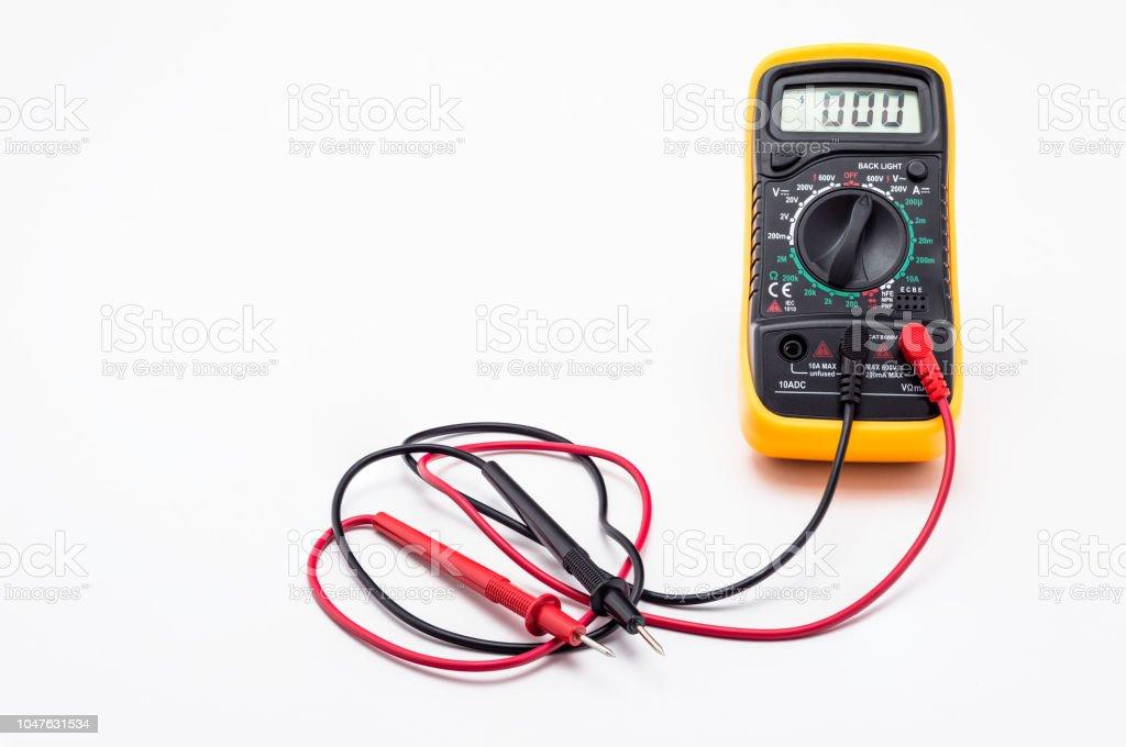 Elektrische Multimeter mit roten und schwarzen Sonde, Anzeige auf NULL. Isoliert auf einem weißen Hintergrund mit einem Beschneidungspfad. – Foto