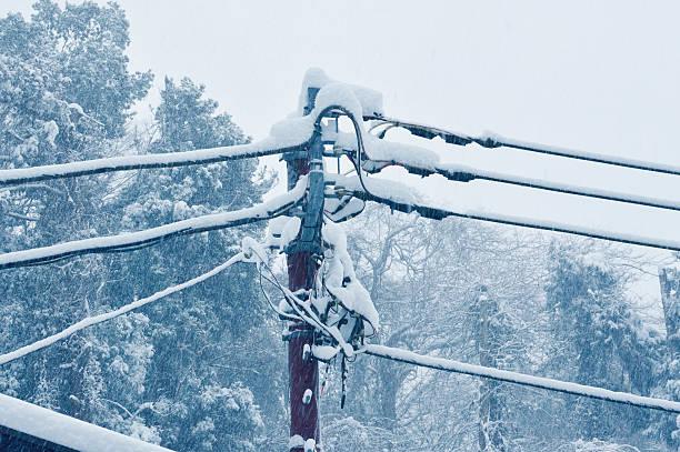 electric pole bei eisiger kälte - stromkabel stock-fotos und bilder