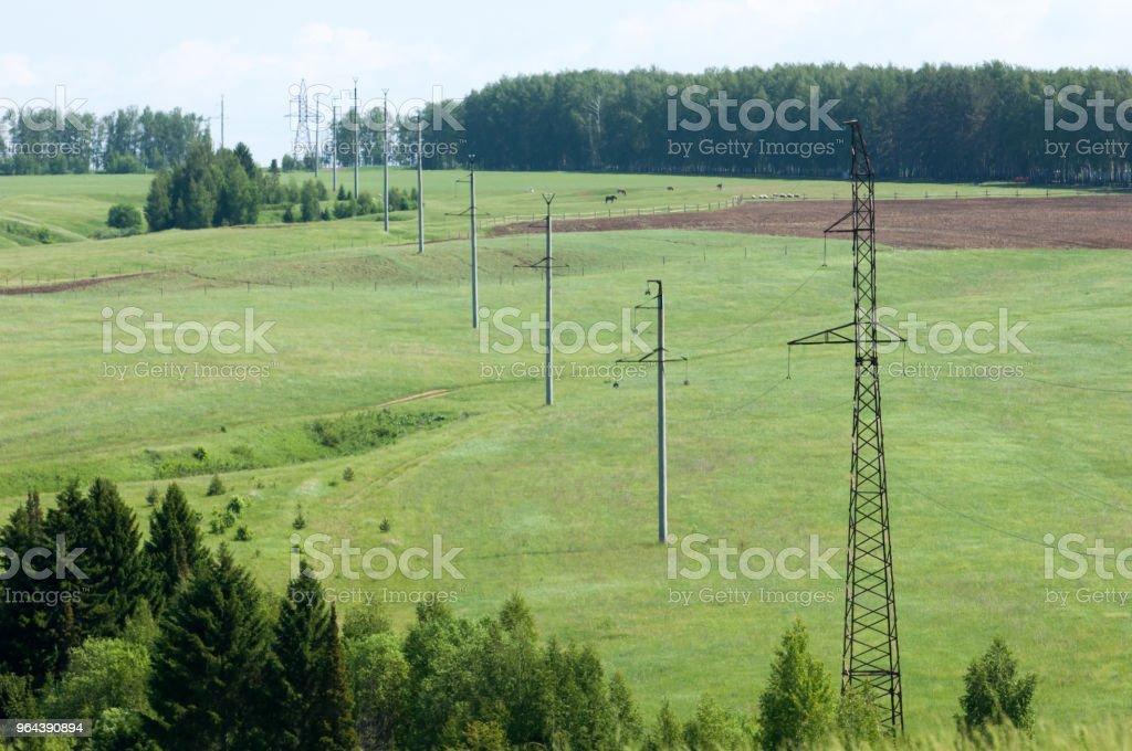 Electric post em um campo e céu azul - Foto de stock de Arquitetura royalty-free