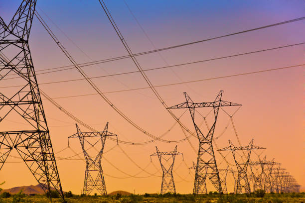 Eléctricos líneas de alta tensión y Torre de transmisión, red eléctrica al atardecer - foto de stock