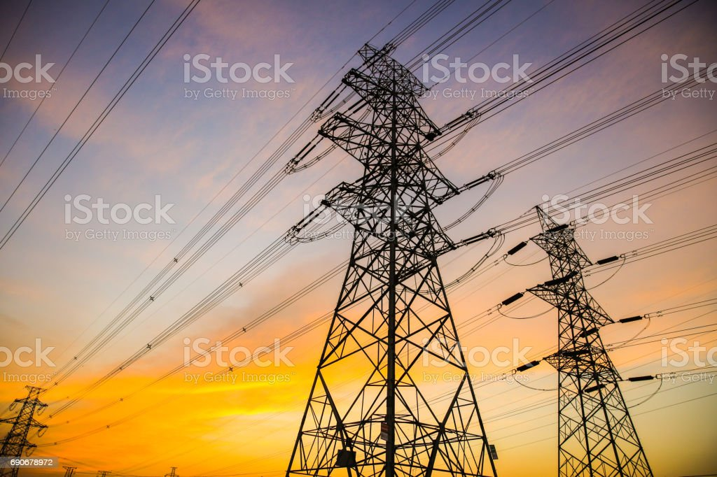 Electric power lines bei Sonnenuntergang – Foto