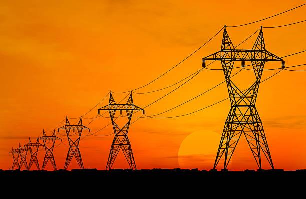 electric power transmission linien bei sonnenaufgang - stromkabel stock-fotos und bilder