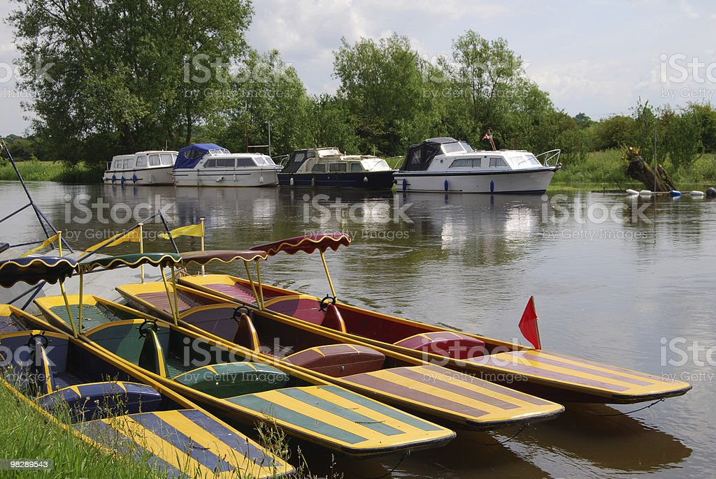 Electric Punts sul fiume Tamigi, vicino Standlake, Oxfordshire foto stock royalty-free