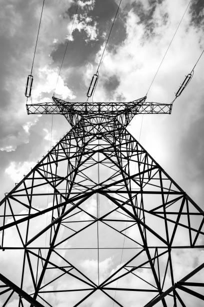 elektrischer Pylon auf dem wolkenverhangenen Himmelshintergrund – Foto