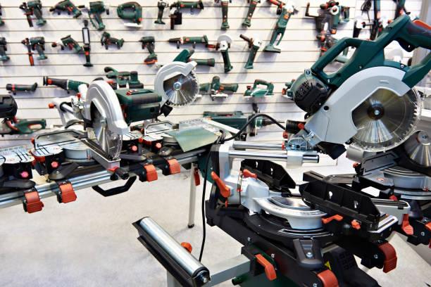 elektrische sägen im werkzeug shop - baumarkt stock-fotos und bilder