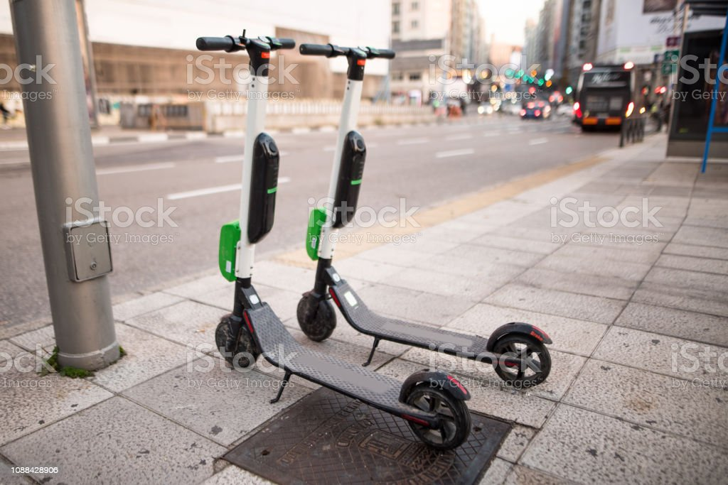 Electric scooter at city - foto stock