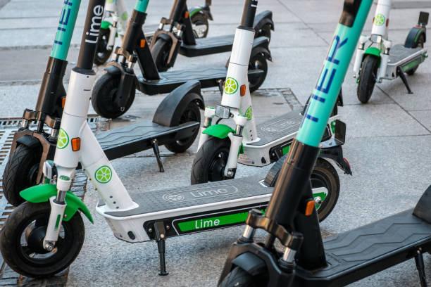 Elektroroller, Escooter oder E-Scooter der Ride Sharing Company LIME und TIER auf dem Bürgersteig – Foto