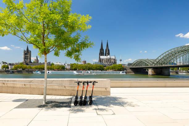 Elektroroller (e-Scooter) auf der neuen Rheinpromenade – Foto