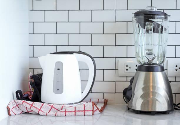 ステンレス鋼湯沸かしポット、セラミック製のミキサーをつないでホーム モダンな白い背景でキッチン ルーム ストックフォト