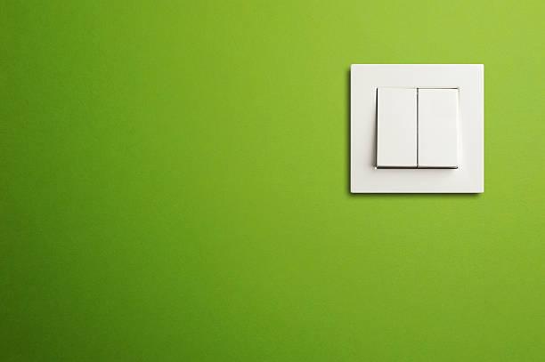 interrupteur électrique sur green wall - commutateur photos et images de collection