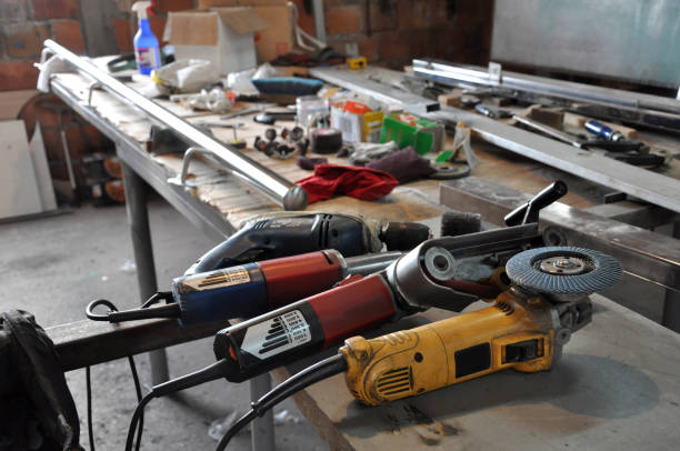 elektrisch gereedschap op de werktafel - elektrisch gereedschap stockfoto's en -beelden