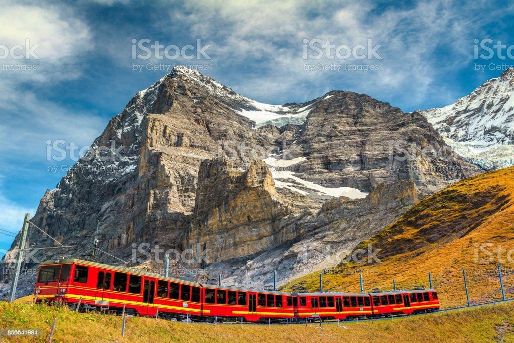 Elektrischer Touristenzug und berühmten Eiger Gipfel, Berner Oberland, Schweiz – Foto