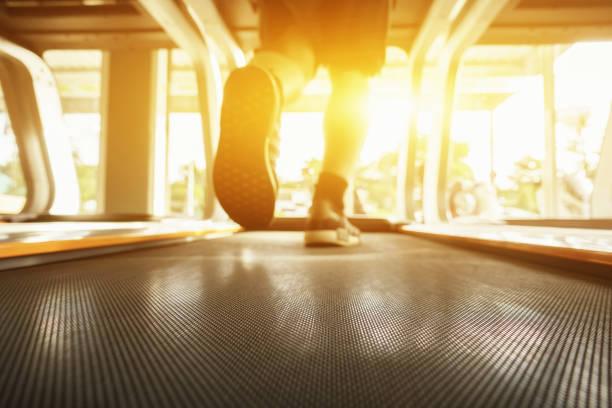 Elektrische Laufbänder, Menschen, die im Maschinen-Laufband im Fitness-Fitness-Fitnessstudio laufen, asiatischer Mensch trainieren, Gesundheitssport-Konzept, selektiver Fokus, Vintage-Farbe, morgens – Foto