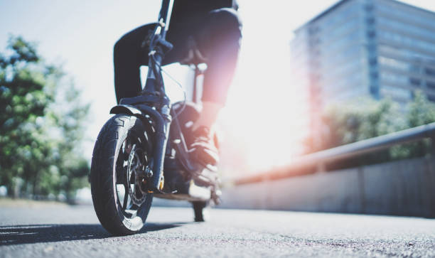 Elektrischer Stadtverkehr. Junger Mann bereit, die Fahrt Stadt mit Elektro-Roller zu entdecken. Breite. Flare – Foto