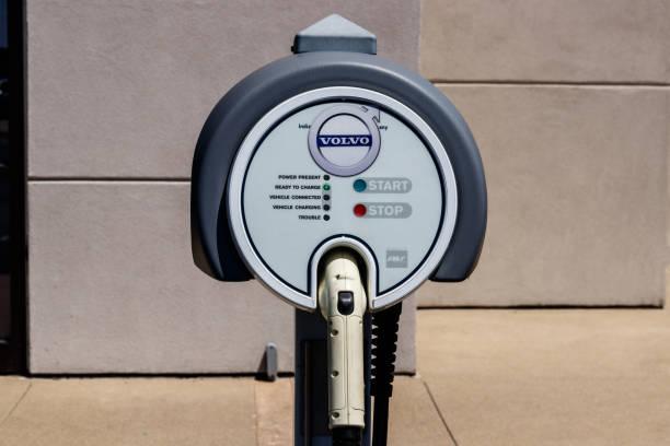 elektriska fordon snabbladdare på en lokal bilfirma för volvo. volvo kommer electrify varje bil i deras lager jag - volvo bildbanksfoton och bilder