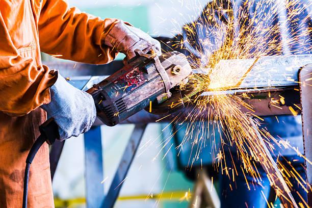 Electric Rad Schleifen auf Stahl-Struktur-Konstruktion – Foto