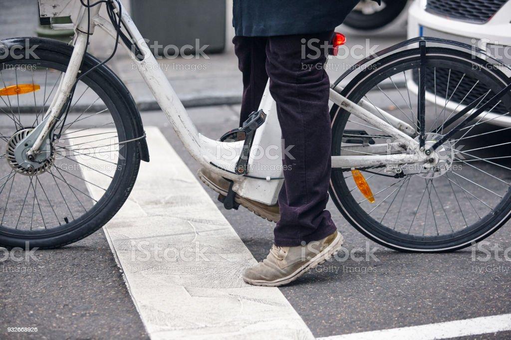 Elektrische Fahrrad-Detail in der Stadt. Urbaner Lifestyle. Keine Verunreinigung – Foto