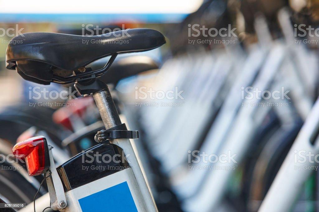Elektrische Fahrräder auf einem Parkplatz. Laden von Batterien. Erneuerbare Energien – Foto