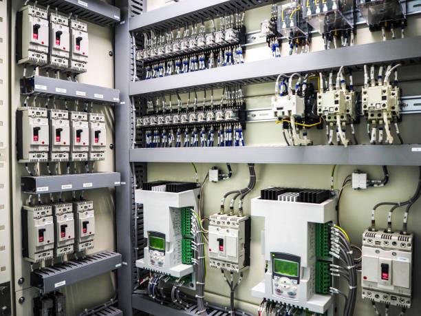 güç santralinde elektrik paneli içinde elektrik kesici. - i̇nsan yapımı yapı stok fotoğraflar ve resimler