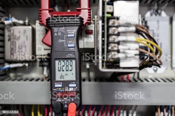 Inżynier Elektryk Sprawdza Urządzenia Elektryczne Za Pomocą - zdjęcia stockowe i więcej obrazów Elektryczność
