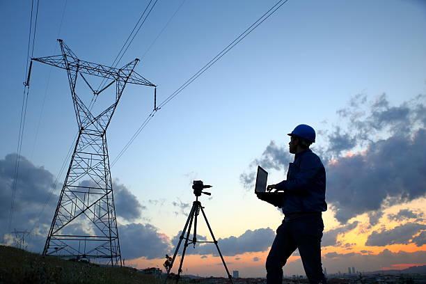 Elektrische Ingenieur bei der Arbeit laptopl – Foto