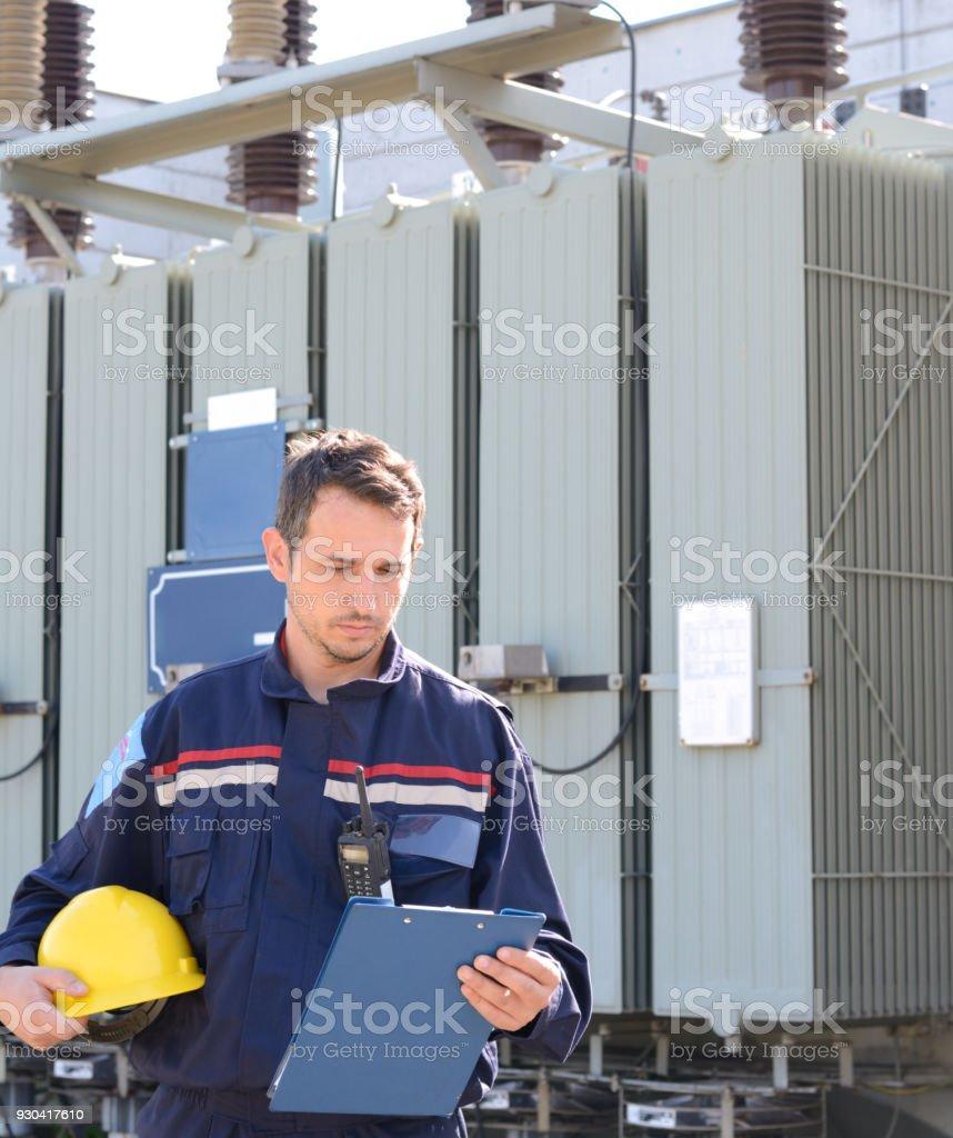 Elektrotechniker arbeiten im Kraftwerk in der Nähe von Hochspannungs-Transformator – Foto