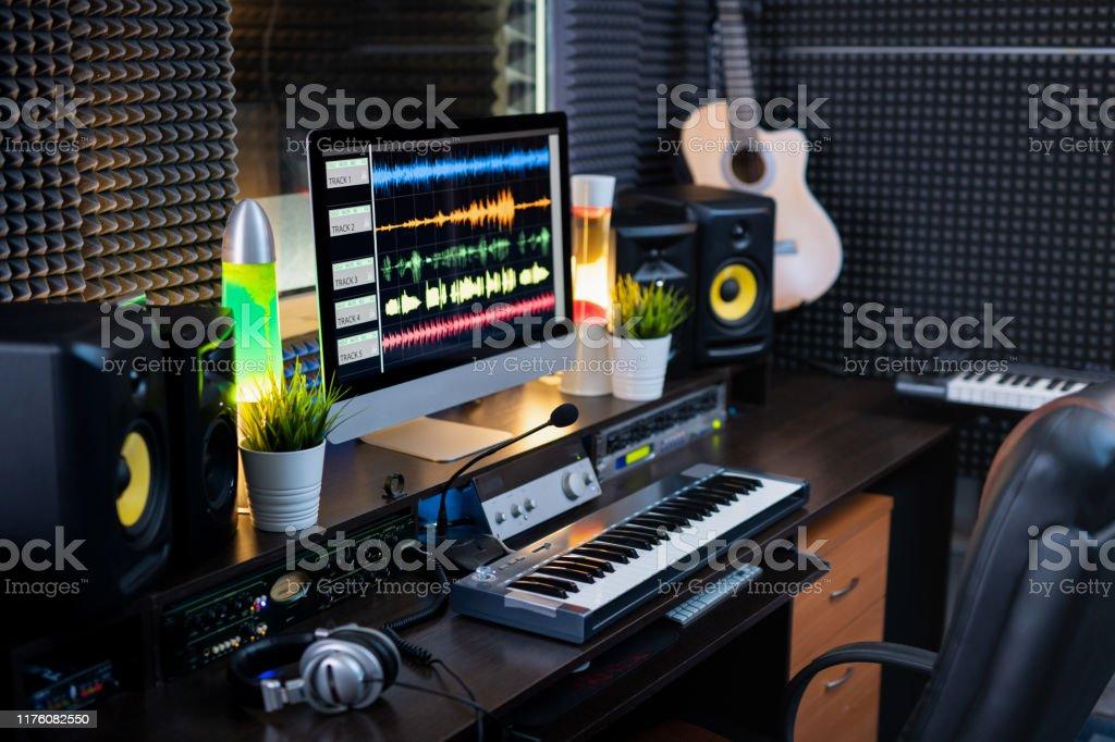 Elektrische Geräte für die Aufzeichnung und Computerüberwachung am Arbeitsplatz von deejay - Lizenzfrei Audiozubehör Stock-Foto