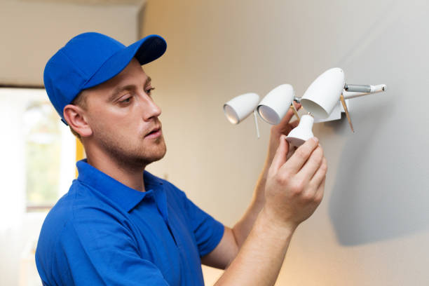 elektrische wartung - elektriker ändern glühbirne in wandleuchte - glühbirne auswechseln stock-fotos und bilder