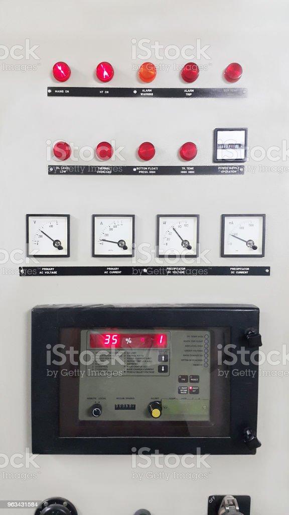 elektriska delar och tillbehör i styrskåpet, kontroll och makt distributör, lockout tagout - Royaltyfri Arbetsverktyg Bildbanksbilder