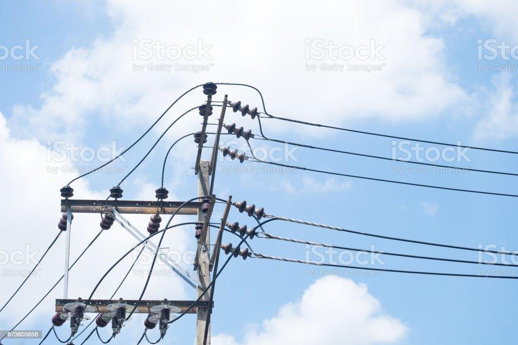 Fotografía de Poste Eléctrico Por El Camino Con Cables De Línea De ...