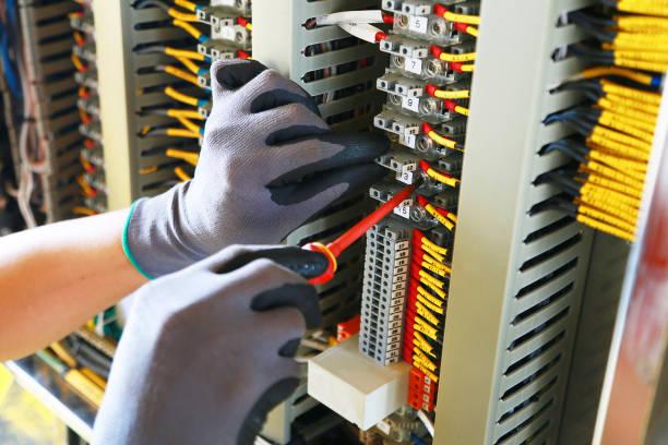 zacisk elektryczny w skrzynce przyłączeniowej i serwis technika. instalacja urządzenia elektrycznego w panelu sterowania dla programu wsparcia i funkcji sterowania przez plc. rutynowej wizyty sprzętu kontrolnego przez technika. - przewód składnik elektryczny zdjęcia i obrazy z banku zdjęć