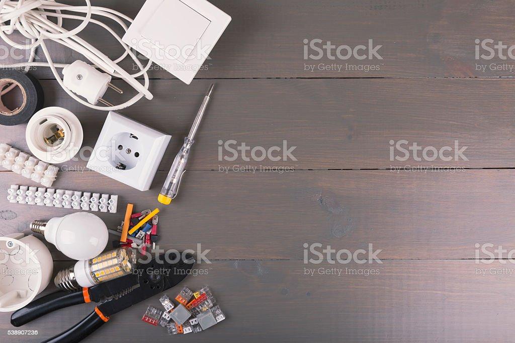 Elektrische Geräte und Ausrüstung auf einem Holztisch mit Kopie Raum – Foto