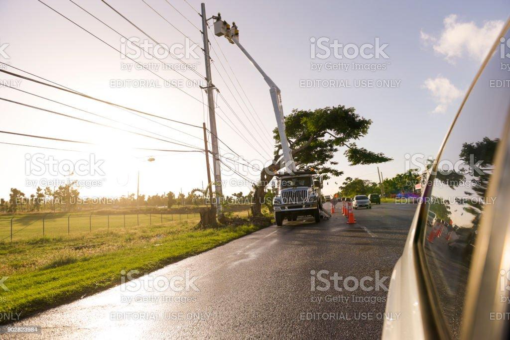 Elektrischen Arbeiter reparieren Stromleitungen – Foto