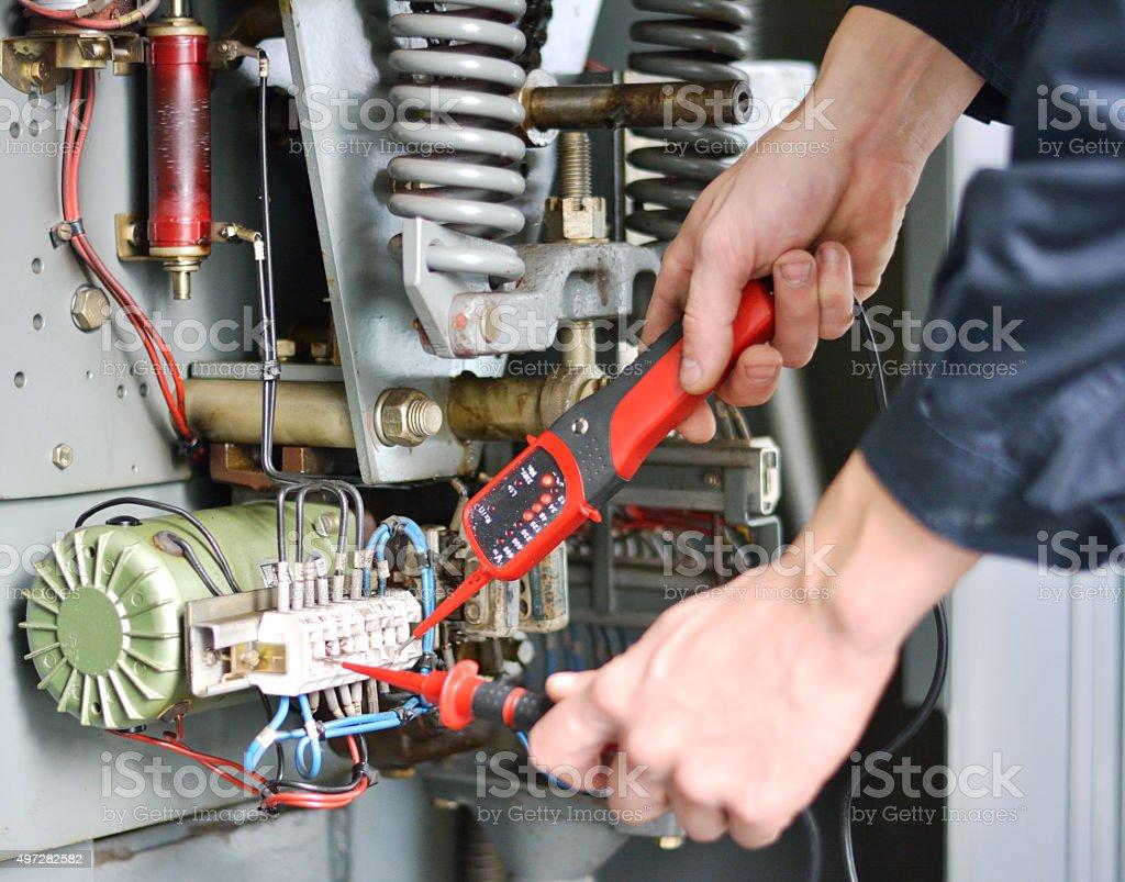 Elektriker bei der Arbeit mit seinem Messinstrument – Foto