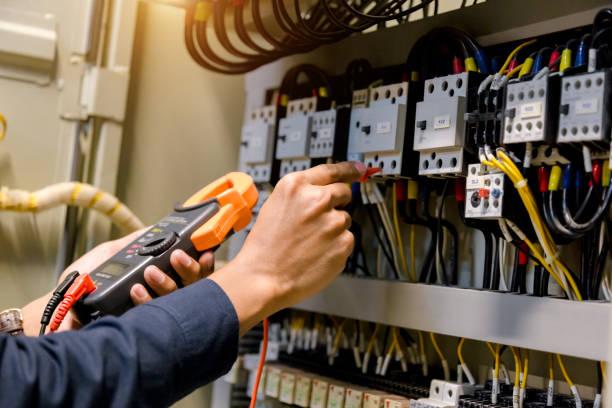 elektryk inżynier tester pracy pomiaru napięcia i prądu linii elektrycznej w elektoracie kontroli szafy. - przewód składnik elektryczny zdjęcia i obrazy z banku zdjęć
