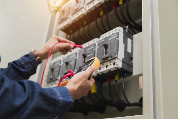 電気技師エンジニアワークテスターつくるキャビネット制御における電力電気ラインの測定電圧と電流。 - 電気 ストックフォトと画像