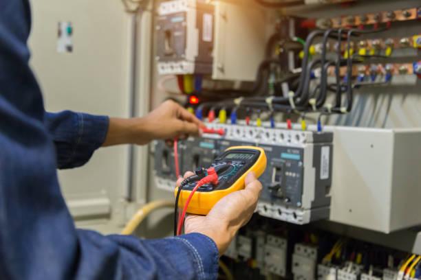 elektricien ingenieur werk tester meten spanning en stroom van power elektrische lijn in electicale kabinet controle. - elektrische fitting stockfoto's en -beelden