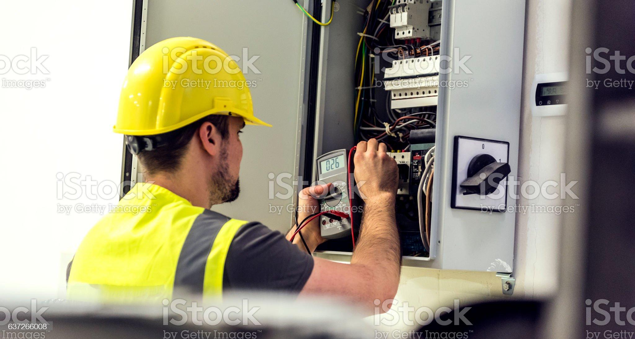 Eletricista assistente de engenharia - Foto de stock de Eletricidade royalty-free